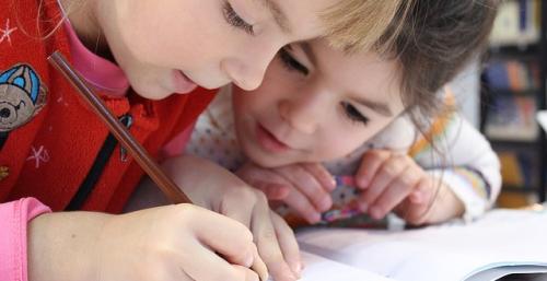 Enfants entrain de faire des exercices sur un cahier