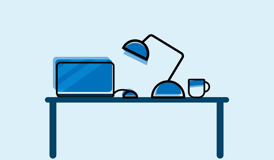 bureau d'étudiant avec ordinateur, lampe et café