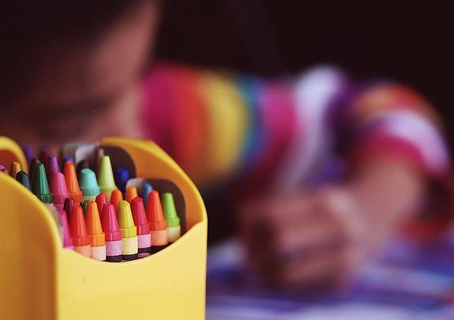 Enfant entrain de faire du coloriage